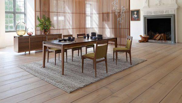 Stuhl, der als bequemes Sitzmöbel überzeugt